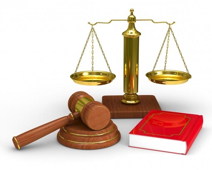 весы правосудия, судейский молоток, книга